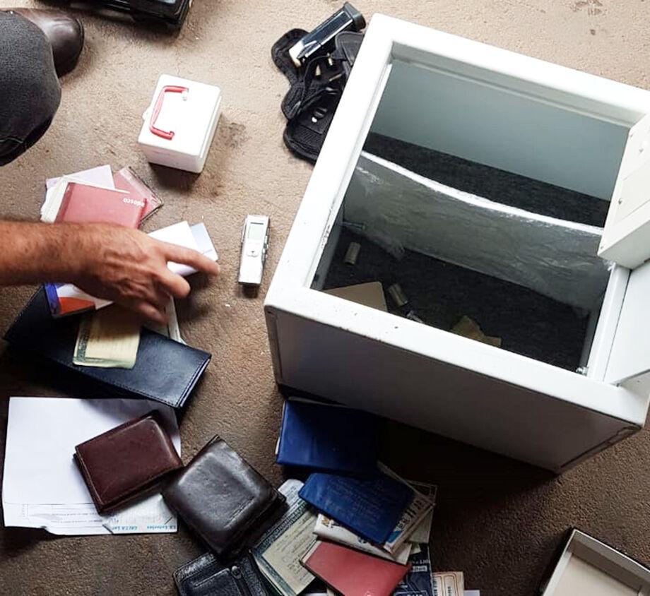 s policiais também localizaram pistola em desacordo com a legislação e ainda apreenderam uma alta quantia em dinheiro