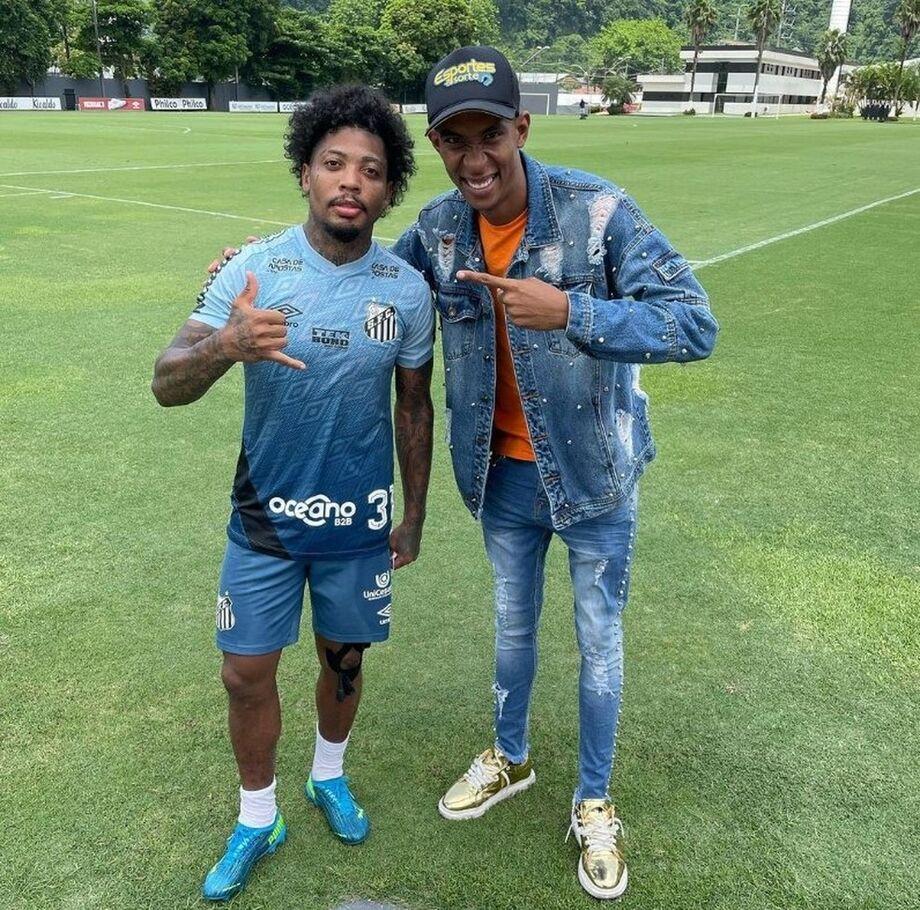 Influencer Ney Silva tira foto com Marinho no CT do Santos