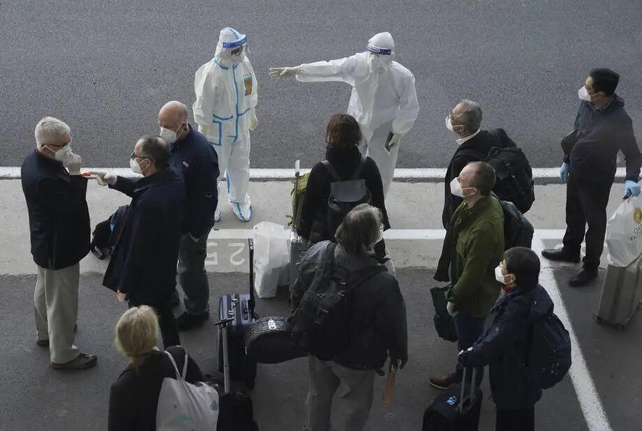 Equipe de pesquisadores da OMS desembarca em Wuhan para investigar origem do SARS-CoV-2.