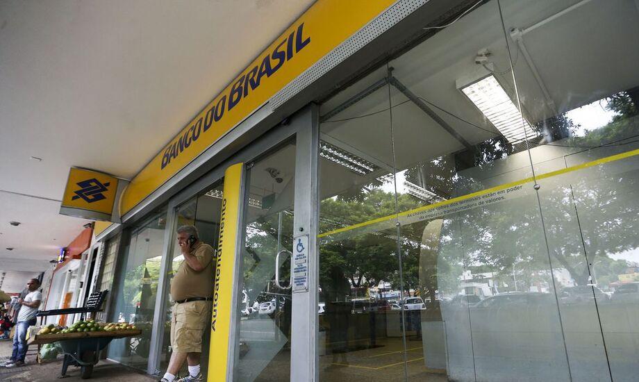 O Banco do Brasil anunciouhoje(23) a disponibilização de R$ 16 bilhões em crédito a produtores rurais, para a compra antecipada de insumos, por meio do custeio antecipado da safra 2021/2022