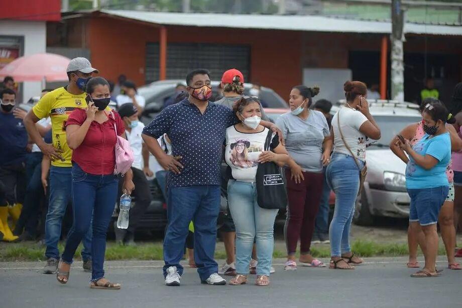 Familiares de presidiários aguardam notícias após motim em Guayaquil, Equador