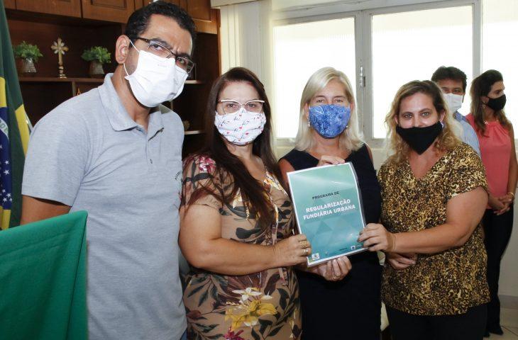 Famílias de Paranaíba receberam o título de propriedade da casa