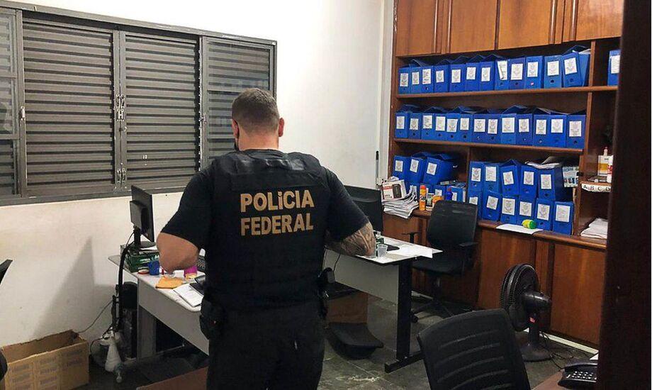 A Polícia Federal (PF) cumpriu hoje (23) um mandado de busca e apreensão na capital paulista e o sequestro de valores em contas bancárias de 31 pessoas em uma operação contra fraudes no Instituto Nacional do Seguro Social (INSS)