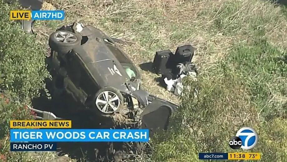 Carro do golfista Tiger Woods ficou destruído após o acidente