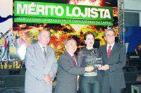 Ricardo Kuninari fazendo a entrega do prêmio a equipe da Cruzeiro do Sul