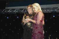 Mara Dolzan recebeu premiação das mãos de Helena Côrtes