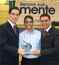 O prêmio foi entregue ao diretor presidente Julio de Oliveira Moreira (esq)