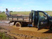 Boa parte das estradas e travessões abertos estão em situação precária, com trechos em que a água da