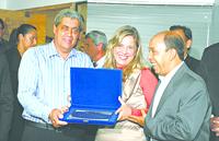 A empresária Juliana Fleury Aranda, da República Universitária, sendo homenageada através do