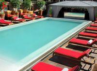 No Pool bar do Faena, deejays locais animam os hóspedes até o fim da tarde refrescada por bebidas na