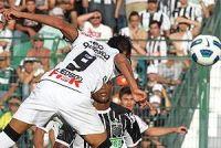 Liedson sobe de cabeça e marca o gol da vitória sobre o Figueira
