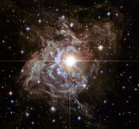 Imagem da variável cefeida RS Puppis vista pelo Hubble