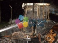 Trator foi destruído pelas chamas