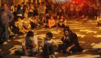 Moradores fazem vigília em frente a boate