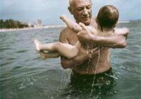 Picasso brinca com filho Claude