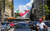 Torcedor da Portuguesa acena com bandeira na avenida Paulista