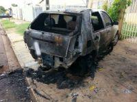 Carro incendiado na Rua Montevidéu