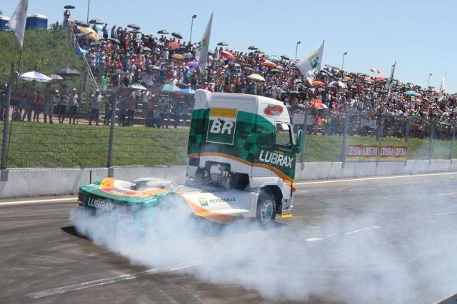 Show dos caminhões acontece antes da prova com Aurélio Jr. e Danielle Navarro