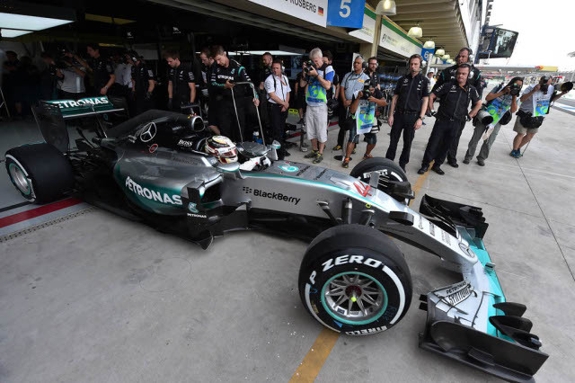 Lewis Hamilton lidera último treino livre do GP do Brasil