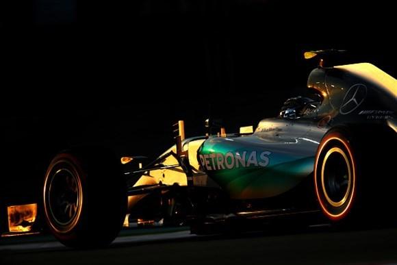 Nico Rosberg fechou em grande estilo a temporada 2015 e já desponta como um concorrente real de Lewis Hamilton no ano que vem.