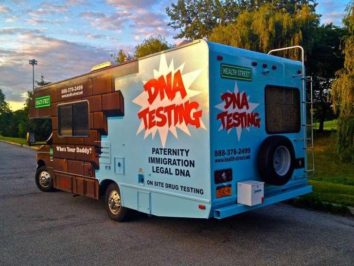 O caminhão que faz as vezes de laboratório também oferece serviços de bafômetro e testes de drogas.