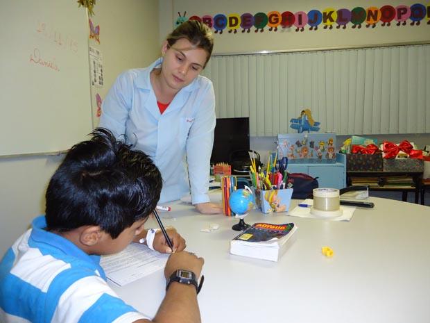 Professora Daniele, durante atendimento na sala pedagógica