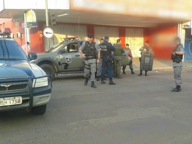 O quarteirão foi interditado pela polícia para desativação e retirada das bombas.