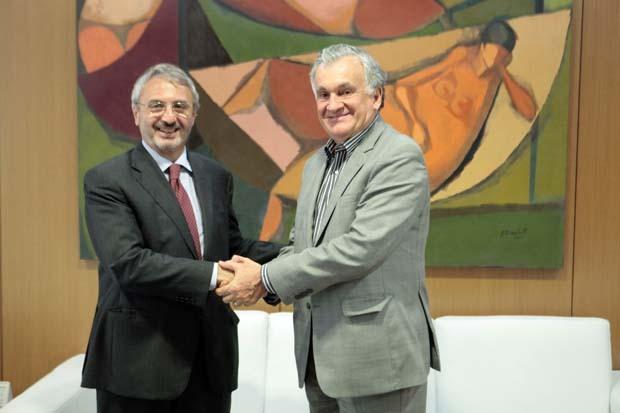 Mario Girasole, diretor geral do Instituto TIM, com o ministro da Cultura, Juca Ferreira.