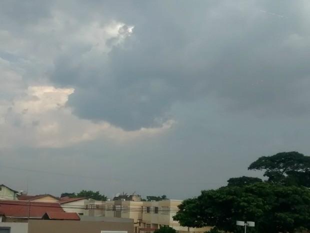 Tempo parcialmente nublado em todo estado.