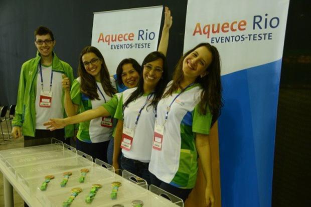 Voluntários ajudam a conduzir as cerimônias de premiação do evento.
