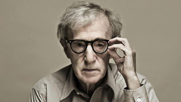 Woody Allen se descreve da seguinte maneira As pessoas sempre se enganam em duas coisas sobre mim: pensam que sou um intelectual (porque uso óculos) e que sou um artista (porque meus filmes sempre perdem dinheiro).