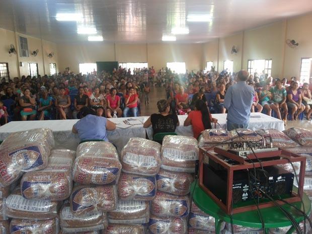 Beneficiários do Bolsa Família de Rio Brilhante participam de reunião para recadastramento.