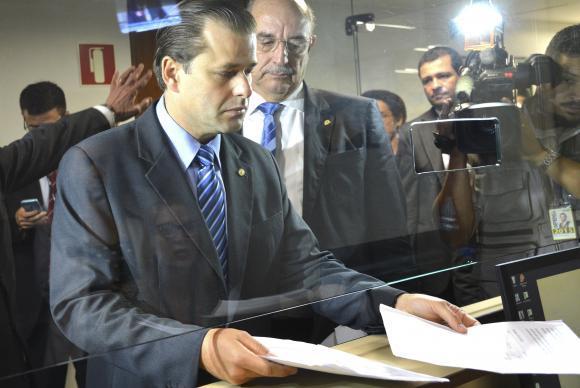Deputados protocolam na Câmara a indicação do deputado Leonardo Quintão (no centro) para a liderança do partido