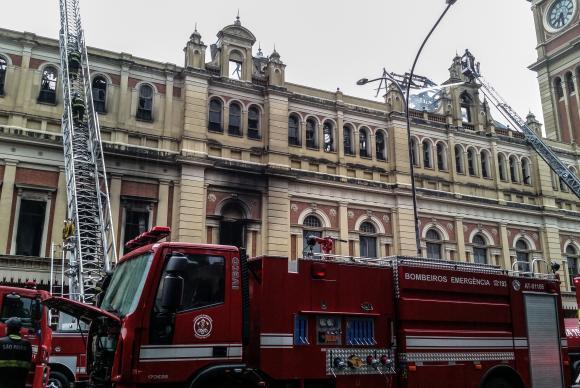 Bombeiros fazem operação rescaldo no Museu da Língua Portuguesa