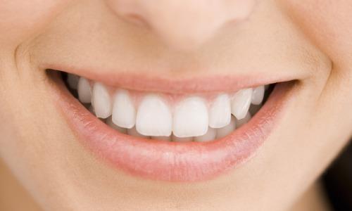 Os resultados mostraram que a maioria dos produtos contribui para o amolecimento de 30% e 50% do esmalte dos dentes, incluindo aqueles sem açúcar.