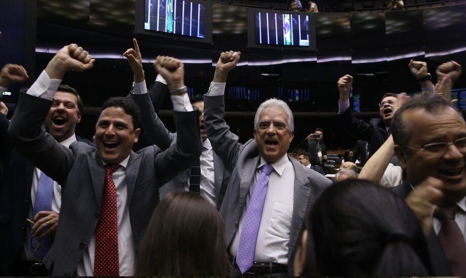 Deputados de oposição celebram a abertura do processo de impeachment de Dilma.