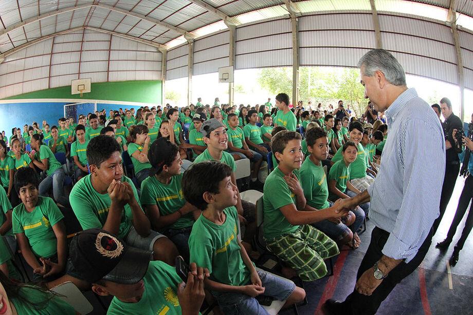 O governador Reinaldo Azambuja entregou 560 camisetas durante evento de inauguração da reforma da Escola Estadual Fernando Corrêa da Costa, no município de Rio Brilhante.