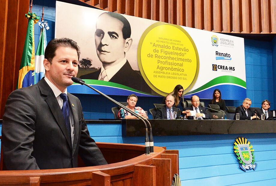 A homenagem, proposta pelo deputado Renato Câmara com apoio do Conselho Regional de Engenharia e Agronomia de MS, contou com a participação do coral da Assembleia Legislativa que abriu a noite com músicas relacionadas à terra.