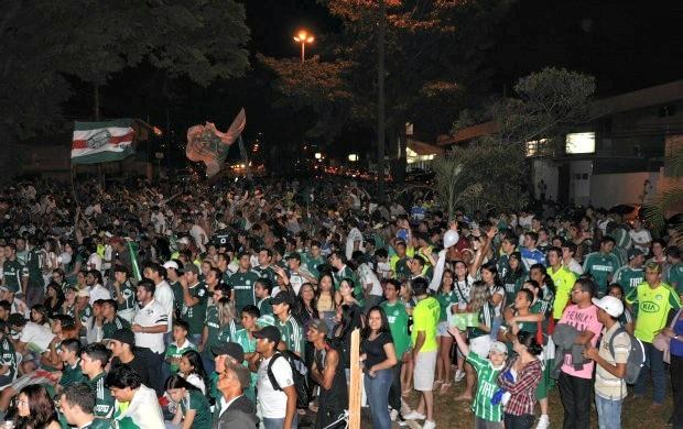 Mancha Verde lotou a quadra da escola de samba Vila Carvalho para ver o jogo e comemorar.