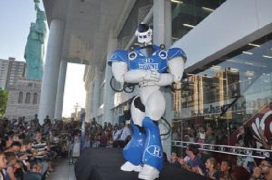 o gigante de 2,5 metros de altura canta, dança, fala e abraça as crianças