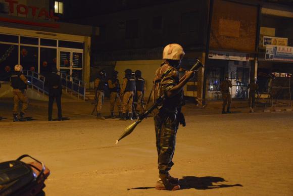 Soldados cercam hotel Splendid, após ataque da Al Qaeda. No total, 20 pessoas morreram e 126 foram regatadas