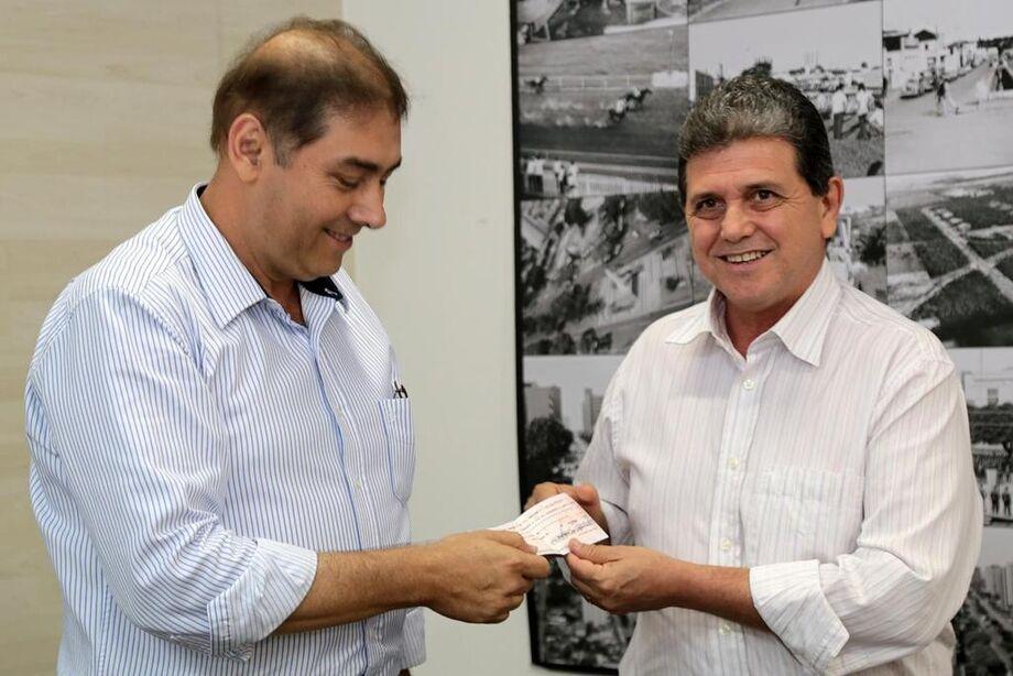 Prefeito Alcides Bernal recebe cheque de R$ 10 milhões das mãos do presidente da Câmara João Rocha