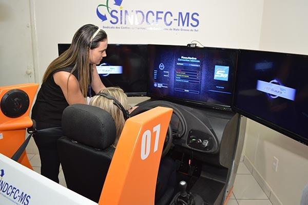 Instrutora acompanha aluno em simulador