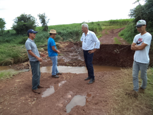 Acompanhado de produtores, Mário Valério visita local de ponte que rodou na zona rural; chuvas destruíram 9 pontes em Caarapó