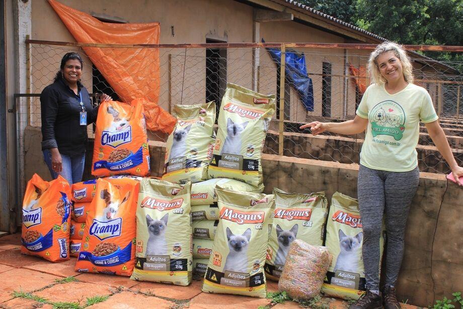 O Abrigo dos Bichos e a ONG Fiel Amigo receberam a doação de mais de 625 quilos de ração