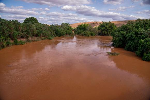Passagem da lama pelo Rio Doce por causa do rompimento de duas barragens em Mariana