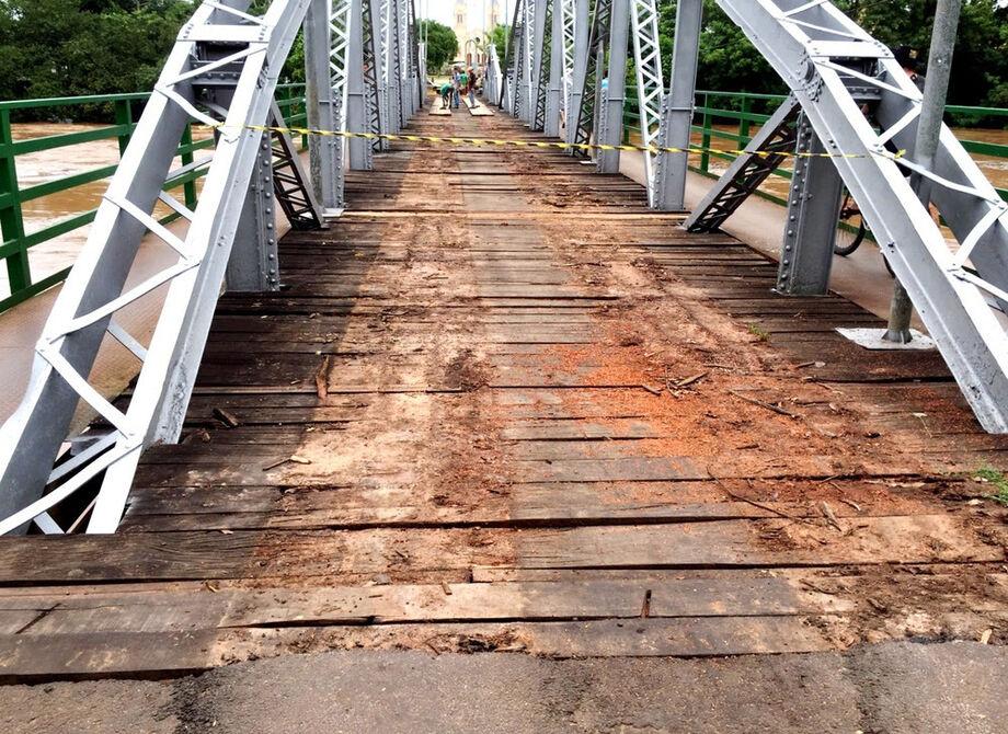 Na foto, a ponte Rondon de Oliveira, que liga os municípios de Anastácio a Aquidauana e está recebendo reparos desde segunda-feira (11) .