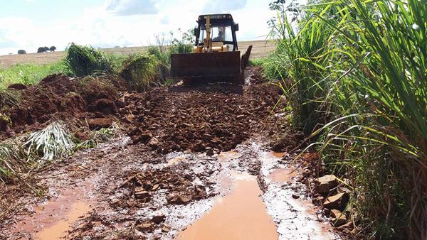 Máquina da prefeitura recupera estrada na zona rural de Caarapó