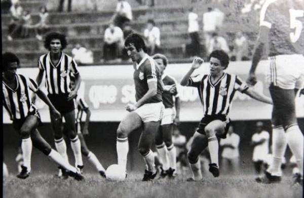 Registro dos anos 80 mostra craques, como Arthurzinho, disputando a posse de bola no clássico Comerário