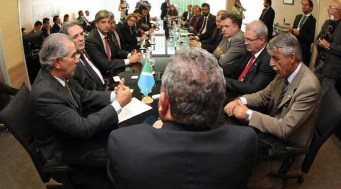 Goevrndor Reinaldo Azambuja em reunião no Ministério das Cidades
